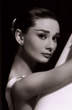 Richard Avedon, Black and White Photography Portrait, Audrey Hepburn. Vintage Hollywood, Hollywood Glamour, Classic Hollywood, Golden Age Of Hollywood, Audrey Hepburn Pictures, Audrey Hepburn Born, Tv Movie, Movies, Marlene Dietrich