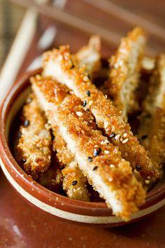 Sushi staat bekend als hét eten van de Japanse keuken, maar ook crispytonkatsuis eenmust om een keer te proberen. Tonkatsu is een Japans gerecht ontstaan door invloeden uit het Westen, en bestaatuit gepaneerde engefrituurde varkenskoteletjes. Het krokante vlees wordt vervolgensin reepjes gesneden, waarna je het kunt dippen in een heerlijke saus. Erbij komt meestal een …
