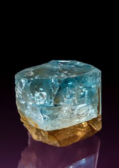 About some different kinds of quartz crystal formations like twin quartz crystals and elestial quartz crystals. Minerals And Gemstones, Rocks And Minerals, Crystal Background, Crystal Magic, Mineral Stone, Rocks And Gems, Stones And Crystals, Gem Stones, Gems Jewelry