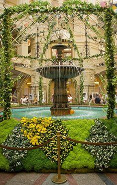 В ГУМе, у фонтана