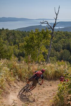 Discover the Gaspésie by bicycle. Routes for all types of cyclists! For mountain biking, a dozen sites offer varied trails in addition to 7 single-track sites including Matane, Saint-Anne-des-Monts, Murdochville, Gaspé, Carleton-sur-Mer, and Amqui. Photo : CHOK Images. Cross Country, Country Roads, Ski, Camping Sauvage, St Anne, Parc National, Family Outing, Plein Air, Mountain Biking