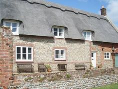 Whites Farm Cottage Happisburgh Set in Happisburgh in the Norfolk Region, this holiday home features a garden with a barbecue. The unit is 27 km from Norwich.  The kitchen has a dishwasher and an oven. A TV is provided. There is a private bathroom with a bath or shower.