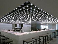 composição de lâmpadas em forro de bar