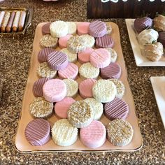 Gold pink and purple chocolate covered Oreos Chocolate Covered Treats, Chocolate Dipped Oreos, Chocolate Covered Strawberries, Chocolate Art, Oreo Pops, Fancy Desserts, Wedding Desserts, Eid Cake, Baking Business
