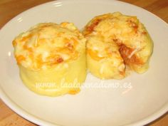 Volcán de patatas a la boloñesa con thermomix : 4 patatas 8 cucharadas soperas de salsa boloñesa 1 cucharada de mantequilla 1 cucharadita de sal Queso rallado para gratinar 700 g de agua