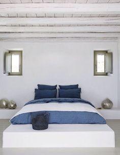 Blanc immaculé et touches de bleu pour un style méditerranéen qui invite à la farniente
