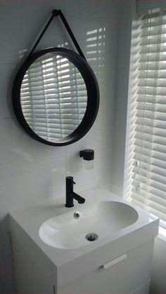 badkamer - Wasmeubel van Ikea, zwarte kraan en zeepdispenser van Praxis, spiegel van Jysk.