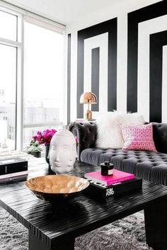 2sofa-terciopelo-capitone-gris-pared-decorada-motivos-geometricos-blanco-y-negro-mesa-auxiliar-negra