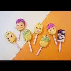 [쁘띠북코페 메뉴] 사진에 노랑이에 디자인들은 모두 딸기 바나나구요! 맨 오른쪽이 초코바나나! 로즈케익바 미니버젼으로 레드벨벳 담아 갑니다. 시식 왕 준비해가요 웜이 부스자리는 G10 딸기바나나 초코마블 레드벨벳 세가지맛 . . . 블로그에서 주문받고있어요:)  딸기케이크 : 수제요거트  수제딸기콤포트  필라델피아 크림치즈 레드벨벳케이크 : 수제요거트  발로나코코아파우더  필라델피아 크림치즈 초코마블케이크 : 발로나커버춰  발로나코코아파우더  필라델피아 크림치즈    문의/ 안내/궁금한점은 프로필의 블로그 주소에 비밀댓글로만 부탁드려요 #웜이#케익바#달달이케익바#cakeartist #cakebar #cakepop #케익팝 #케잌바#수제케이크 #부천케이크 #중동역케이크 #들고먹는케이크 #녹지않는아이스크림 #로즈케익바#rosecake#dessert #sweet #디저트그램#케익스타그램#디저트#디저트플리마켓#쁘띠북코페…