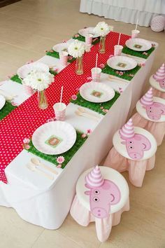 How to throw a splashingly wonderful Peppa Pig party for your children If you're stumped for Peppa Pig party ideas, we'll help you up out of the mud. We've got everything from nibbles to sweets and lots, lots more. Fiestas Peppa Pig, Cumple Peppa Pig, Pig Birthday, 4th Birthday Parties, Birthday Ideas, Bolo Da Peppa Pig, Party Decoration, Table Decorations, Baby Party