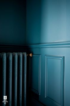 ROYAL ROULOTTE -★- RENOVATION DECORATION FONTAINEBLEAU LIVING ROOM - BLUE WALL - PAINT IT ALL SO IT BLENDS...RADIATOR AND MOLDINGS, ETC