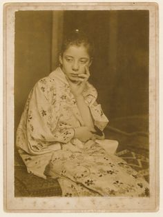 Geesje Kwak in Japanse kimono, photograph by George Hendrik Breitner, 1893-1895. Leiden University Library.