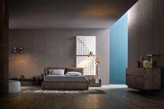 Elegantes Design Schlafzimmer mit Lederbett und  Nachttisch und Kommode in Ulme. Lampen in Gold runden das luxuriöse Design ab.  #Schlafzimmer #Bett #Lederbett #Hängekommode #Gold #Design #bed #bedroom #modern #luxury