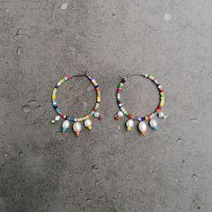 Die neuen fröhlichen Creolen aus der RAINBOW SEA collection mit echten Barock Perlen!  Bunte Creolen aus Edelstahl mit Süßwasserperlen, bunten Glasperlen und Endstücken aus Sterlingsilber.  Ca. 3,5 cm im Durchmesser.