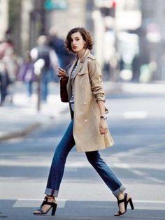 柄物はボーダーシャツを着る女性が多いそう。コートの腕まくりがセクシー。