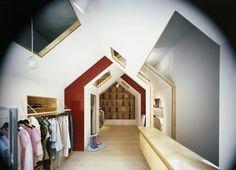 Alejandro: Interior llamativo por su estructura e iluminación creando un tunel visual hacia la estanteria del final.
