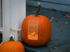 Cool idea for a Halloween Pumpkin / Jack O' Lantern - Drill small peg holes (in the pattern of your choice), fill each hole with a Lite Brite peg! Colorful pumpkin when lit from within! Halloween Veranda, Halloween Porch, Diy Halloween Decorations, Halloween Pumpkins, Halloween Crafts, Halloween Ideas, Fall Decorations, Halloween Stuff, Halloween Printable