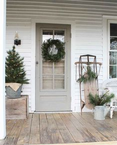 40 Rustic Farmhouse Front Porch Decorating Ideas January Leave a Comment Farmhouse porches are designed for comfort. They are usually large, inviting, and can accommodate the always favorite porch swing rocking chairs too! Farmhouse Christmas Decor, Outdoor Christmas, Rustic Christmas, Christmas Front Porches, Natural Christmas, Beautiful Christmas, Decorating Porch For Christmas, Front Porch Ideas For Christmas, Simple Christmas