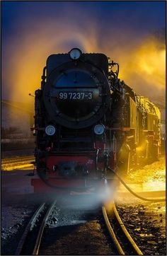 I love the sound of the train whistles in the night. Makes me happy sort of sad at the same time. By Train, Train Car, Train Tracks, Train Rides, Train Pictures, Cool Pictures, Motor A Vapor, Old Steam Train, Peking