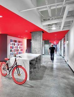 Rood plafond, warm en behaaglijk effect in een industriële omgeving