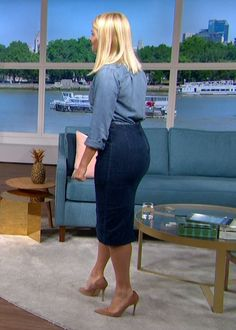 Cute Dress Outfits, Cute Dresses, Holly Willoughby Feet, Paris Hilton Style, Beautiful Legs, Beautiful Women, Melissa Supergirl, Voluptuous Women, Sexy Jeans