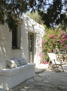House at Patmos island, Dodecanese, Greece Exterior Design, Interior And Exterior, Adobe Haus, Modern Outdoor Living, Bench Set, Greek House, Mediterranean Style, Architecture, Renting A House