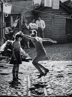 Михаил Дашевский «Игры во дворе», 1970.jpg