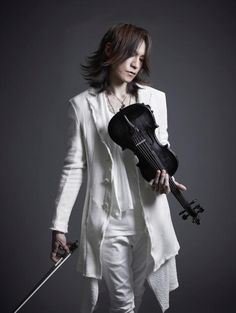 This is the photo used for B3 poster by purchasing Sugizo Spiritual Selection II at Tower Records.   Sugizo...in white...with a violin... Too HOT to see!!