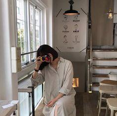 ulzzang 얼짱 coffee shop aesthetic soft minimalistic light korean kawaii grunge cute kpop pretty photography art artistic ethereal g e o r g i a n a : e t h e r e a l Brown Aesthetic, Korean Aesthetic, Aesthetic Photo, Aesthetic Girl, Aesthetic Fashion, Japanese Aesthetic, Girl Bad, How To Pose, Senior Photography
