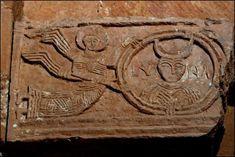 Capitel de la LUNA, busto femenino con luna. Santa María de Quintanilla de las Viñas, Burgos