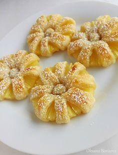 Feuilletés faciles à l'ananas Une boite d'ananas ou un ananas frais coupé en tranche une pâte feuilletée un peu de sucre glace