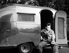 Elvis Presley playing a guitar in a vintage Airstream Vintage Rv, Vintage Airstream, Vintage Caravans, Vintage Travel Trailers, Retro Trailers, Vintage Stuff, Old Campers, Retro Campers, Vintage Campers