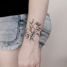 Hand Tattoos For Girls, Tattoos For Women Flowers, Girl Arm Tattoos, Best Tattoos For Women, Body Art Tattoos, Tatoos, Wrist Band Tattoo, Wrist Bracelet Tattoo, Henna Tattoo Hand
