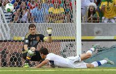 RIO013. FORTALEZA (BRASIL). 27/06/2013.- Christian Maggio (adelante) de Italia en acción ante el arquero de España Iker Casillas durante la semifinal de la Copa Confederaciones disputado hoy, jueves 2
