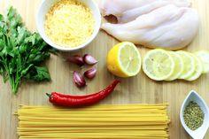 Spaghetti aglio e olio i cytrynowy kurczak to idealne danie na ciepłe dni. Jest niezwykle aromatyczne ze względu na dobór składników ale również bardzo lekkie. Mięso drobiowe z cytrusowym posmakiem cytryny jest przepyszne. Jednocześnie kwask