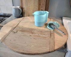 De trend om alles te white washen lijkt voorbij. Dit jaar gaan we voor oud hout. Hoe je dat zelf eenvoudig zelf kan doen zal ik hieronder beschrijven. Benodig: Azijn (kan ook met schoonmaakazijn) Staalwol Afsluitbare pot Kwast (Onbehandeld) hout Zo ga je te werk: Vul een glazen pot met schoonmaakazijn en voeg daarbij een brillo sponsje (fijn Upcycled Furniture, Home Furniture, Scaffolding Wood, Diy Holz, Style Vintage, Vintage Diy, Ikea Hack, Painting Tips, Home Interior