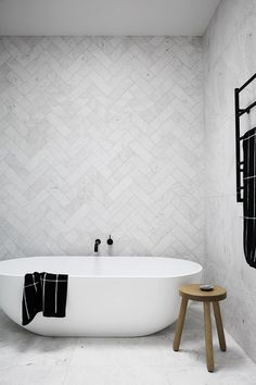 modernes, minimalistisches Badezimmer mit Badewanne modern minimalist bathroom with soaker tub - Marble Bathroom Dreams Minimalist Bathroom, Minimalist Decor, Modern Minimalist, Minimalist Kitchen, Minimalist Interior, Bathroom Modern, Kitchen Modern, Bathroom Grey, Bathroom Feature Wall Tile