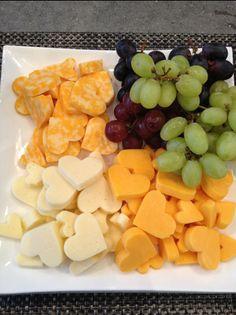 大きさの違うハート型を使ったチーズの盛り合わせ。普通にカットするより断然可愛さが増します!