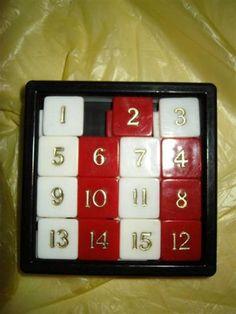 Il gioco del quindici (Fifteen Puzzle) Rompicapo creato nel 1874 da Noyes Palmer Chapman.  La tabellina quadrata è divisa in quattro righe e quattro colonne  su cui sono posizionate 15 tessere, numerate progressivamente da 1 a 15 e uno spazio vuoto. Le tessere possono scorrere in verticale e orizzontale. Scopo del gioco è quello di riordinare per numero le tessere dopo averle mescolate.