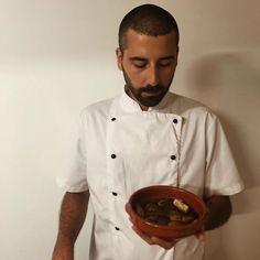 """Amor Em Castelo on Instagram: """"A marinada para o tofu de amanhã está pronta, não percam ! 🧂  #comida #gastronomia #comidacaseira #vegetariano #amoremcastelo #cuisine…"""" Tofu, Chef Jackets, Instagram, Castle, Vegetarian, Gastronomia, Love, Meal"""