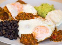 Comparte tus momentos #condeduquegente con nosotros. @carmencita.bar  No todo son huevos benedictinos: deliciosos huevos rancheros en Carmencita bar! #brunch #eggs #guacamole #condeduquegente #malasañamola #madrid #weekendiscoming #foodie by condeduquegente