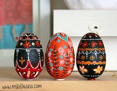hand-painted eggs by Dinara Mirtalipova Henna Doodle, Easter Egg Designs, Ukrainian Easter Eggs, Easter Egg Crafts, Easter Traditions, Types Of Craft, Egg Decorating, Painting On Wood, Fun Crafts