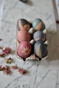 DIY craft idea for the Easter season to print Easter eggs with flowers - a . - DIY craft idea for the Easter season to print Easter eggs with flowers – a pretty decoration for - Spring Decoration, Decoration Photo, Leaf Crafts, Diy Crafts, Fleurs Diy, Easter Egg Dye, Easter Season, Diy Ostern, Diy Décoration