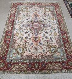 FINE PERSIAN SILK AND WOOL AREA RUG, hand knotted : Lot 283
