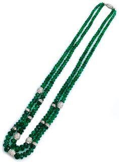 Halsweite: ca. 43,5 cm. Längere Kette: ca. 46 cm. Gewicht: ca. 42,8 g. Platin. Um 1940. Hochwertiges, zweireihiges Collier aus facettierten, sehr feinen...