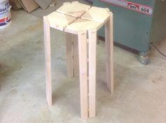 Un reste de plateau de frêne traîné dans un coin de l'atelier j'ai décidé d'en faire un tabouret. Pour le style l'inspiration est évidente, 2 erreurs ont fait évoluer l'idée de base : 1) un essai raté...