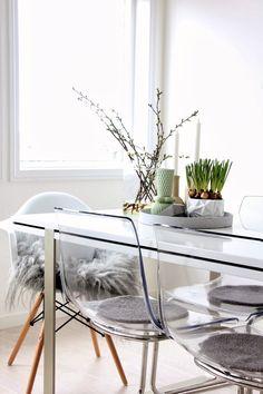 the lovely home of Mette from Norway of Mitt og vårt hjem blog. love the clear chairs again