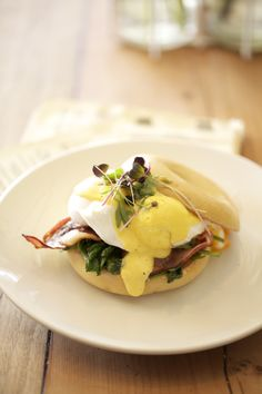 toasted bagel w/ bacon, spinach, poached eggs & hollandaise