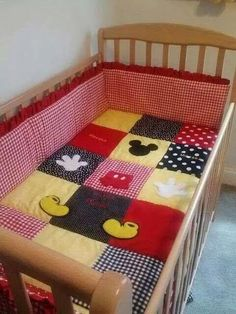 Mickey Mouse Crib/Toddler Bed Quilt from Esty Mickey Mouse Quilt, Mickey Minnie Mouse, Disney Nursery, Baby Disney, Toddler Bed Quilt, Disney Quilt, Disney Bedding, Ideas Habitaciones, Mickey And Friends