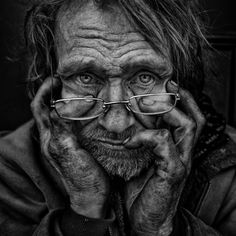 The photographer Lee Jeffries, based in Manchester in the UK, is known for its sublime portraits of homeless people. It offers us new clichés filled with humanity and sublimating the features of these faces marked by life but whose charm is only emphasized by the unique look of the artist, in color or black and white.  fubiz